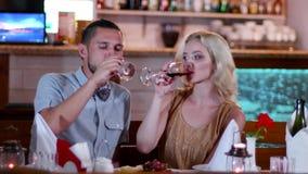 Το ευγενές φιλί, ο νέοι άνδρας εραστών και η γυναίκα σε έναν καφέ κατά μια ρομαντική ημερομηνία, τα μάτια, μια όμορφη νέα γυναίκα απόθεμα βίντεο