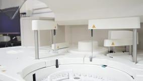 Το λευκό αυτοματοποιεί τη συσκευή ανάλυσης χημείας απόθεμα βίντεο