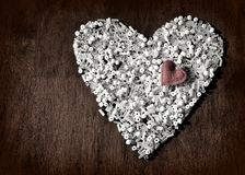 Το λευκό διακοσμεί την καρδιά με τη μικρή καρδιά στην κορυφή με χάντρες Τρύγος διάστημα αντιγράφων Στοκ εικόνες με δικαίωμα ελεύθερης χρήσης