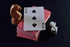 Το λευκό χωρίζει σε τετράγωνα το ζευγάρι, τις κάρτες και τους ιππότες σκακιού στο μαύρο υπόβαθρο Στοκ Φωτογραφία