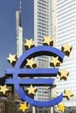Το ευρο- σημάδι έξω από τη Ευρωπαϊκή Κεντρική Τράπεζα Στοκ φωτογραφίες με δικαίωμα ελεύθερης χρήσης