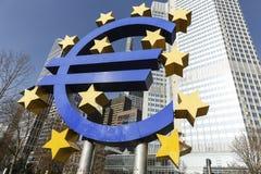 Το ευρο- σημάδι έξω από τη Ευρωπαϊκή Κεντρική Τράπεζα Στοκ φωτογραφία με δικαίωμα ελεύθερης χρήσης