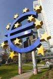Το ευρο- σημάδι έξω από τη Ευρωπαϊκή Κεντρική Τράπεζα Στοκ εικόνες με δικαίωμα ελεύθερης χρήσης