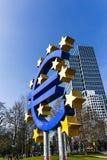 Το ευρο- σημάδι έξω από τη Ευρωπαϊκή Κεντρική Τράπεζα Στοκ Εικόνες