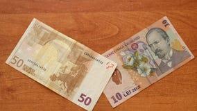 Το ευρο- τραπεζογραμμάτιο συναντά ρουμανικό Lei στο γραφείο απόθεμα βίντεο