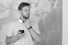 Το ευρωπαϊκό άτομο έχει το χρόνο διασκέδασης Μπλε eyed μοντέρνο hipster με το smartphone Εύθυμα εφηβικά τραγούδια ακούσματος του  στοκ φωτογραφίες με δικαίωμα ελεύθερης χρήσης