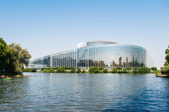 Το Ευρωπαϊκό Κοινοβούλιο στο Στρασβούργο με τα canoers Στοκ Εικόνες