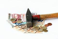 Το ευρώ έρχεται κάτω από το σφυρί Στοκ φωτογραφία με δικαίωμα ελεύθερης χρήσης