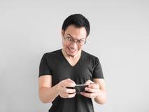 Το ευτυχές άτομο κερδίζει το κινητό παιχνίδι Στοκ Εικόνες