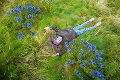 Το ευτυχές έφηβη βρίσκεται στο αλπικό λιβάδι Στοκ φωτογραφία με δικαίωμα ελεύθερης χρήσης