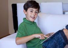 Το ευτυχές αγόρι διαβάζει ένα βιβλίο Στοκ φωτογραφία με δικαίωμα ελεύθερης χρήσης