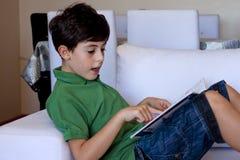 Το ευτυχές αγόρι διαβάζει ένα βιβλίο Στοκ Φωτογραφίες