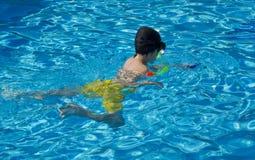 Το ευτυχές αγόρι κολυμπά με αναπνευτήρα Στοκ Φωτογραφίες