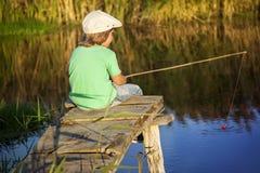 Το ευτυχές αγόρι πηγαίνει στον ποταμό, ένας ψαράς παιδιών με το α Στοκ Εικόνα