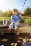 Το ευτυχές αγόρι πηγαίνει στον ποταμό, ένας ψαράς παιδιών με το α Στοκ εικόνες με δικαίωμα ελεύθερης χρήσης