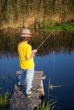 Το ευτυχές αγόρι πηγαίνει στον ποταμό, ένας ψαράς παιδιών με το α Στοκ Εικόνες