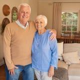 Το ευτυχές ανώτερο ζεύγος χαλάρωσε μαζί στο εκλεκτής ποιότητας σπίτι τους στοκ φωτογραφία με δικαίωμα ελεύθερης χρήσης