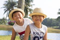 Το ευτυχές ασιατικό παιδί απολαμβάνει τις θερινές διακοπές στοκ φωτογραφίες