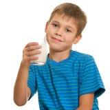 το ευτυχές γάλα αγοριών π στοκ φωτογραφία με δικαίωμα ελεύθερης χρήσης