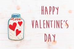 Το ευτυχές επίπεδο σημαδιών κειμένων ημέρας βαλεντίνων ` s βρέθηκε καρδιές μπισκότων στο βάζο α Στοκ Εικόνα