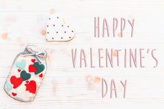 Το ευτυχές επίπεδο σημαδιών κειμένων ημέρας βαλεντίνων ` s βρέθηκε καρδιές μπισκότων στο βάζο α Στοκ Εικόνες