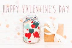 Το ευτυχές επίπεδο σημαδιών κειμένων ημέρας βαλεντίνων ` s βρέθηκε καρδιές μπισκότων στο βάζο α Στοκ φωτογραφία με δικαίωμα ελεύθερης χρήσης