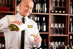 το ευτυχές εστιατόριο γυαλιού εξυπηρετεί το κρασί σερβιτόρων στοκ φωτογραφία με δικαίωμα ελεύθερης χρήσης