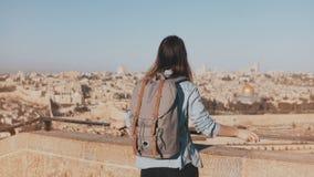 Το ευτυχές ευρωπαϊκό θηλυκό τουριστών αυξάνει τα χέρια τα ιερά εβραϊκά άτομα του Ισραήλ Ιερουσαλήμ οι περισσότεροι άνθρωποι ένα τ απόθεμα βίντεο