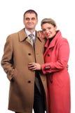 Το ευτυχές ζεύγος έντυσε στα παλτά Στοκ φωτογραφία με δικαίωμα ελεύθερης χρήσης