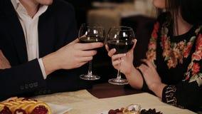 Το ευτυχές ζεύγος έχει μια ρομαντική ημερομηνία σε ένα λεπτό να δειπνήσει εστιατόριο που πίνουν το κρασί φιλμ μικρού μήκους