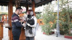 Το ευτυχές ζεύγος έχει τη διασκέδαση υπαίθρια Χρόνος Χριστουγέννων και έννοια καλής χρονιάς Οι εραστές είναι σκυλιά Cutie εκμετάλ απόθεμα βίντεο