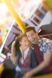 Το ευτυχές ζεύγος απολαμβάνει στην οδήγηση της ρόδας ferris Στοκ φωτογραφίες με δικαίωμα ελεύθερης χρήσης