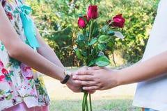 Το ευτυχές ζεύγος για το ζεύγος ημέρας του βαλεντίνου με το κόκκινο αυξήθηκε στοκ εικόνες με δικαίωμα ελεύθερης χρήσης