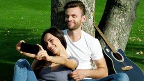 Το ευτυχές ζεύγος παίρνει selfie τη φωτογραφία απόθεμα βίντεο
