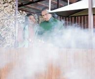 Το ευτυχές ζεύγος που μαγειρεύει shashlyk μαζί βλέπει στοκ εικόνα με δικαίωμα ελεύθερης χρήσης