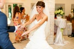 Το ευτυχές ζεύγος χαμογελά και κρατά τα χέρια στο υπόβαθρο RES στοκ εικόνες