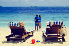 Το ευτυχές ζεύγος χαλαρώνει σε μια τροπική παραλία Στοκ Εικόνες