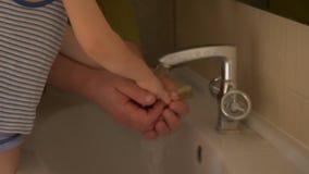 Το ευτυχές ηλικιωμένο άτομο πλένει τα χέρια του στη βρύση από το χέρι του και το πρόσωπο στο μικρό γιο του και τον σκουπίζει με τ απόθεμα βίντεο