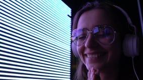 Το ευτυχές θηλυκό στα ακουστικά που απολαμβάνει τους ήχους μουσικής, ψυχαγωγία νεολαίας, DJ χαλαρώνει απόθεμα βίντεο