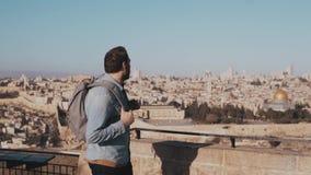 Το ευτυχές καυκάσιο αρσενικό τουριστών αυξάνει τα χέρια συγκινημένα τα ιερά εβραϊκά άτομα του Ισραήλ Ιερουσαλήμ οι περισσότεροι ά απόθεμα βίντεο