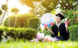 Το ευτυχές κλιμακωτό κορίτσι σπουδαστών - συγχαρητήρια της επιτυχίας εκπαίδευσης στοκ εικόνα