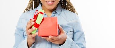 Το ευτυχές κορίτσι άνοιξε ένα κιβώτιο δώρων στο άσπρο υπόβαθρο που απομονώθηκε, διάστημα αντιγράφων στοκ εικόνα
