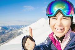 Το ευτυχές κορίτσι έντυσε στα προστατευτικά δίοπτρα μασκών μόδας σκι ή σνόουμπορντ Στοκ φωτογραφία με δικαίωμα ελεύθερης χρήσης