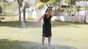 Το ευτυχές κορίτσι έχει τη διασκέδαση στη λακκούβα κάτω από την προβολ απόθεμα βίντεο