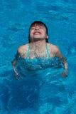 Το ευτυχές κορίτσι βουτά στην πισίνα Στοκ φωτογραφίες με δικαίωμα ελεύθερης χρήσης