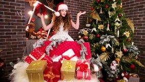 Το ευτυχές κορίτσι βρήκε οι δώρου, νέο κορίτσι δωμάτιο με διακοπή κιβώτιο, προετοιμάζεται δώρο για Χριστούγεννο, νέος έτος ` s πα απόθεμα βίντεο