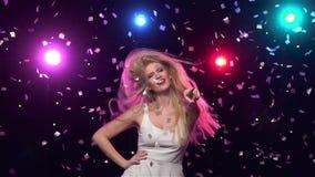Το ευτυχές κορίτσι είναι αστείος χορός ενάντια στα φω'τα disco κίνηση αργή φιλμ μικρού μήκους