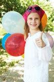 Το ευτυχές κορίτσι είναι σε ένα λούνα παρκ Στοκ Φωτογραφίες