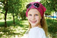 Το ευτυχές κορίτσι είναι σε ένα λούνα παρκ Στοκ Εικόνες