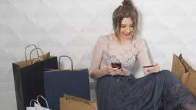 Το ευτυχές κορίτσι κάνει on-line να ψωνίσει απόθεμα βίντεο